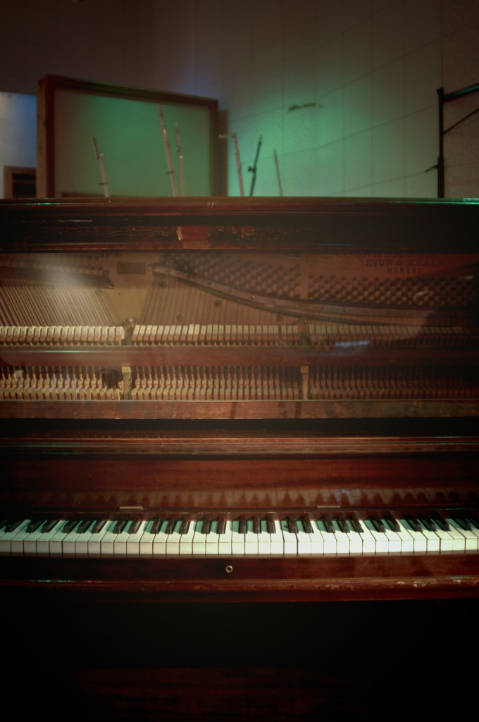 Ticker piano played by Elvis